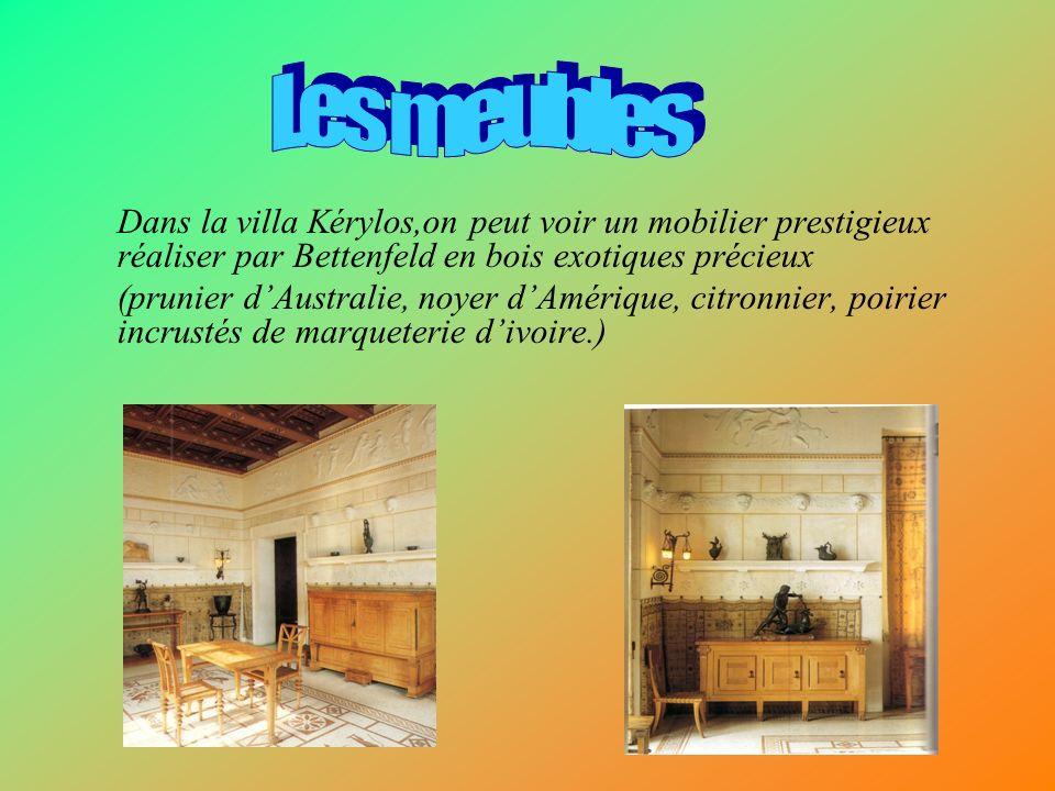Les meubles Dans la villa Kérylos,on peut voir un mobilier prestigieux réaliser par Bettenfeld en bois exotiques précieux.
