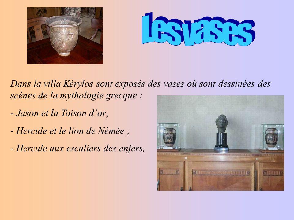 Les vases Dans la villa Kérylos sont exposés des vases où sont dessinées des scènes de la mythologie grecque :
