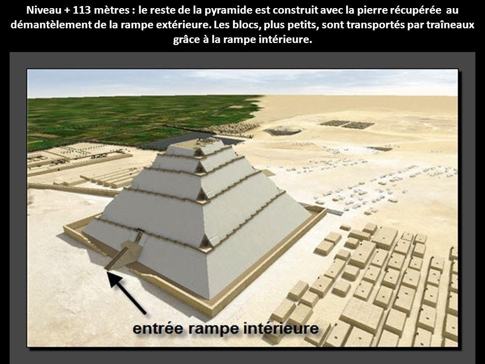 Niveau + 113 mètres : le reste de la pyramide est construit avec la pierre récupérée au démantèlement de la rampe extérieure.