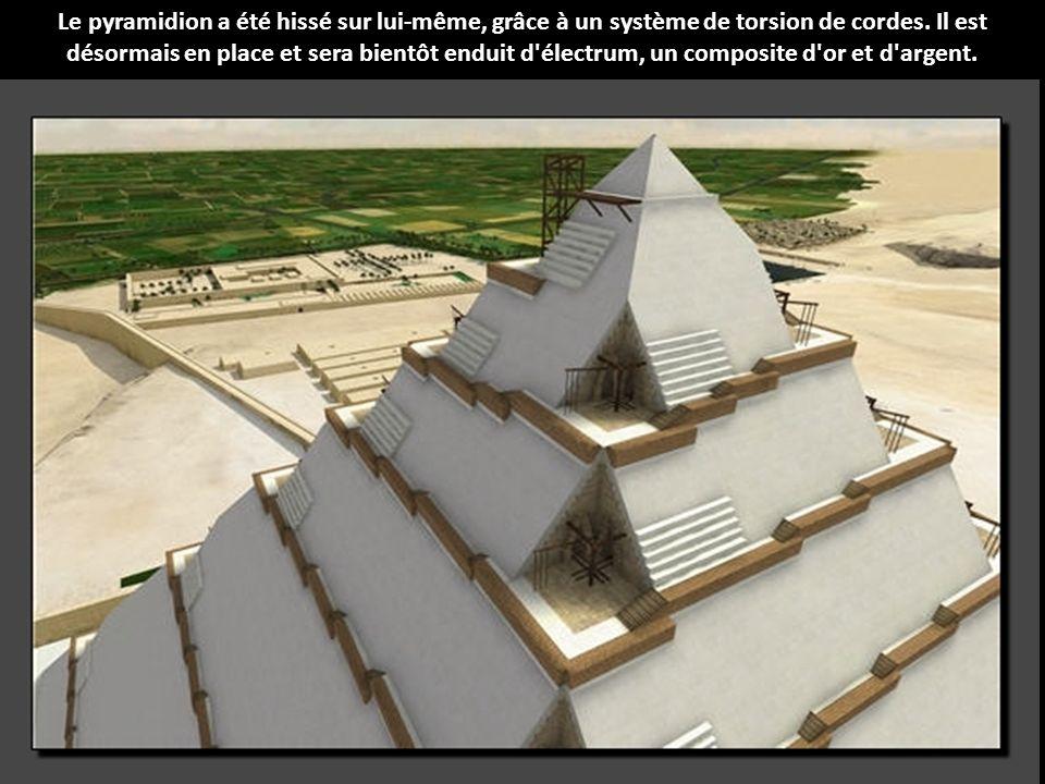Le pyramidion a été hissé sur lui-même, grâce à un système de torsion de cordes.
