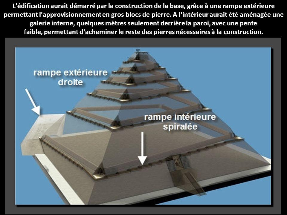 L édification aurait démarré par la construction de la base, grâce à une rampe extérieure permettant l approvisionnement en gros blocs de pierre.