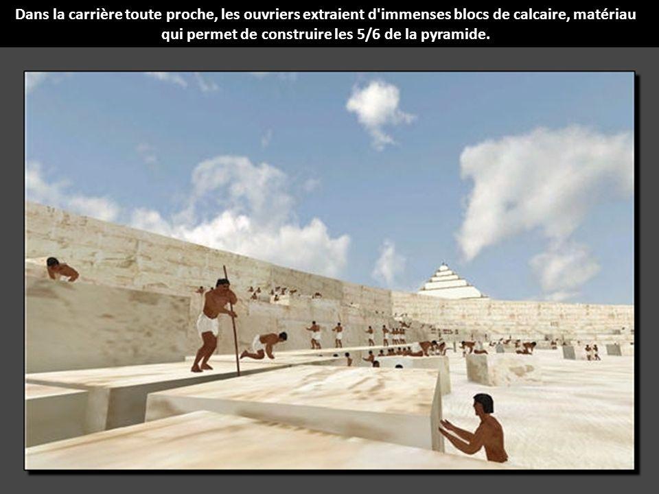 Dans la carrière toute proche, les ouvriers extraient d immenses blocs de calcaire, matériau qui permet de construire les 5/6 de la pyramide.