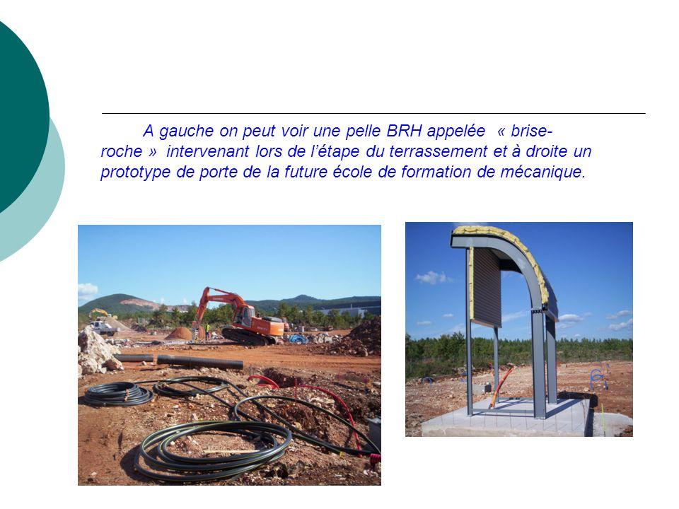 A gauche on peut voir une pelle BRH appelée « brise- roche » intervenant lors de l'étape du terrassement et à droite un prototype de porte de la future école de formation de mécanique.