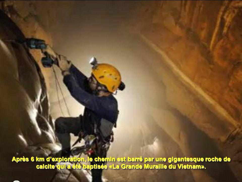 Après 6 km d'exploration, le chemin est barré par une gigantesque roche de calcite qui a été baptisée «La Grande Muraille du Vietnam».