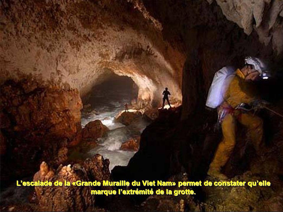 L'escalade de la «Grande Muraille du Viet Nam» permet de constater qu'elle marque l'extrémité de la grotte.