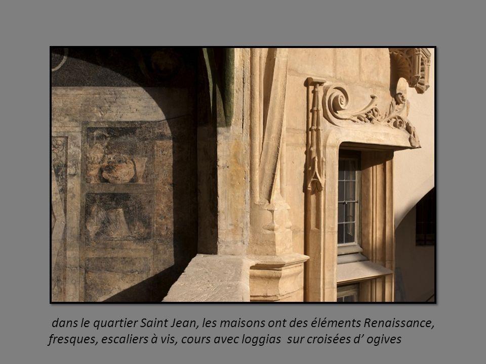 dans le quartier Saint Jean, les maisons ont des éléments Renaissance, fresques, escaliers à vis, cours avec loggias sur croisées d' ogives