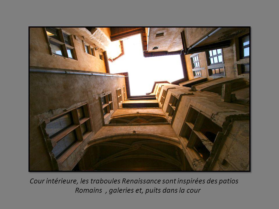 Cour intérieure, les traboules Renaissance sont inspirées des patios