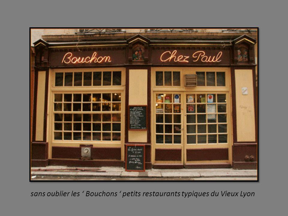 sans oublier les ' Bouchons ' petits restaurants typiques du Vieux Lyon