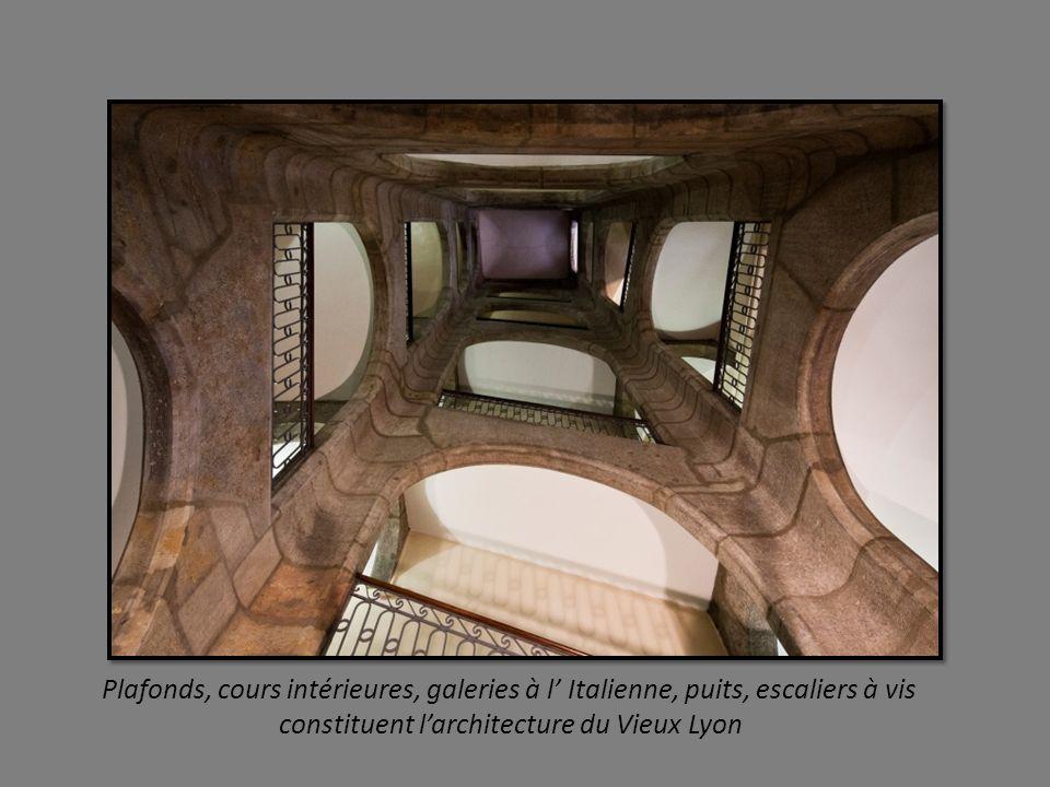 Plafonds, cours intérieures, galeries à l' Italienne, puits, escaliers à vis