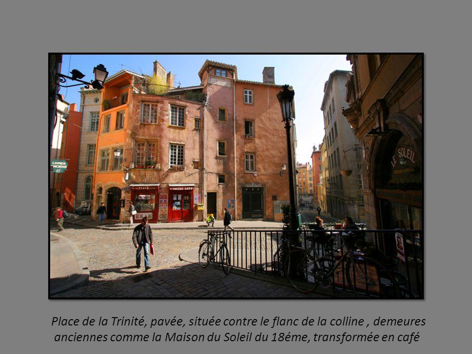 Place de la Trinité, pavée, située contre le flanc de la colline , demeures