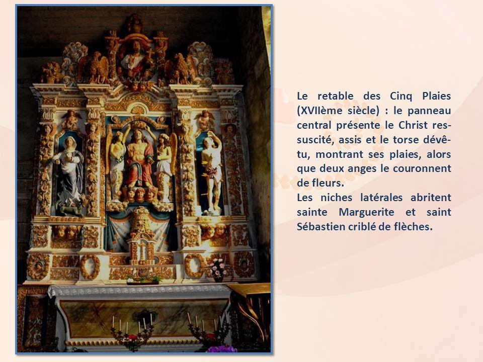 Le retable des Cinq Plaies (XVIIème siècle) : le panneau central présente le Christ res-suscité, assis et le torse dévê-tu, montrant ses plaies, alors que deux anges le couronnent de fleurs.