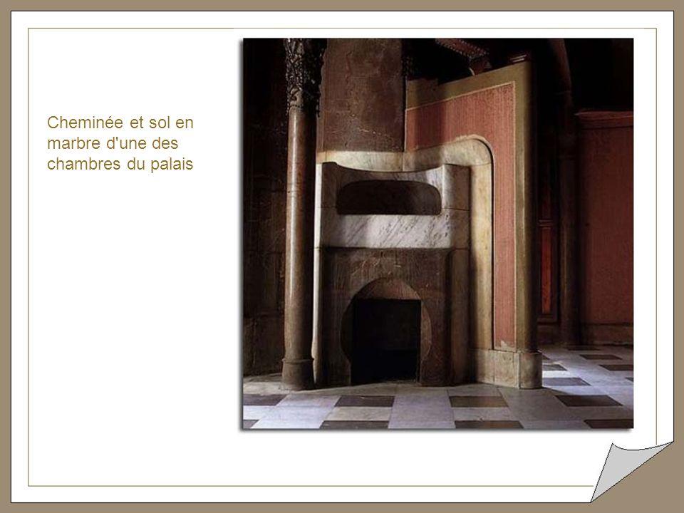 Cheminée et sol en marbre d une des chambres du palais