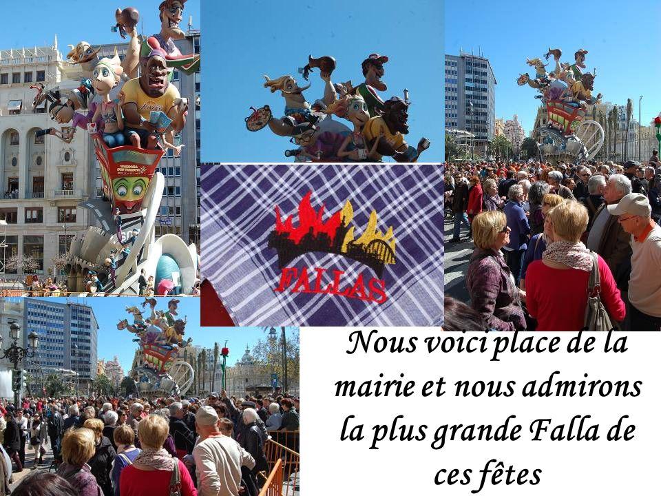 Nous voici place de la mairie et nous admirons la plus grande Falla de ces fêtes