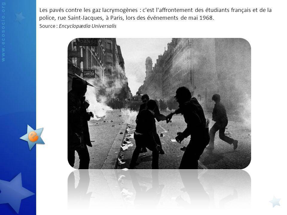 Les pavés contre les gaz lacrymogènes : c est l affrontement des étudiants français et de la police, rue Saint-Jacques, à Paris, lors des événements de mai 1968.