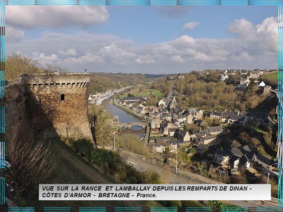 VUE SUR LA RANCE ET LAMBALLAY DEPUIS LES REMPARTS DE DINAN - CÔTES D'ARMOR - BRETAGNE - France.