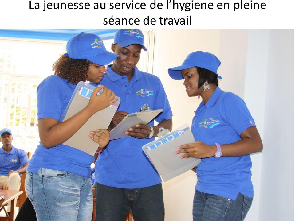 La jeunesse au service de l'hygiene en pleine séance de travail