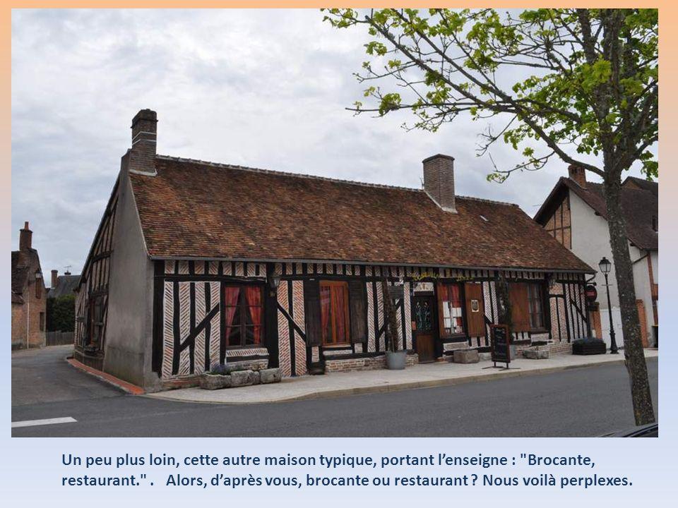 Un peu plus loin, cette autre maison typique, portant l'enseigne : Brocante, restaurant. .