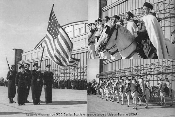 La garde d'honneur du GC 2/5 et les Spahis en grande tenue à Maison-Blanche (USAF)