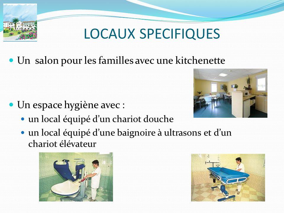 LOCAUX SPECIFIQUES Un salon pour les familles avec une kitchenette