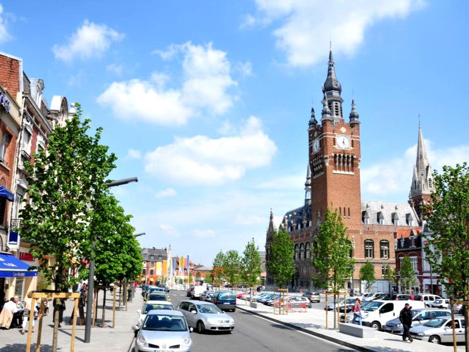 En 2009, par délibération, le conseil municipal autorise Monsieur le Maire a engager le projet de réglementation de l'offre de stationnement sur Armentières.