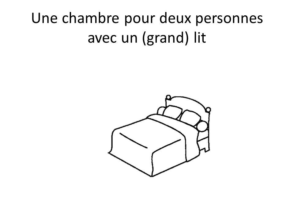 Une chambre pour deux personnes avec un (grand) lit