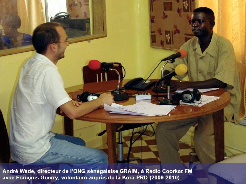 André Wade, directeur de l'ONG sénégalaise GRAIM, à Radio Coorkat FM avec François Guerry, volontaire auprès de la Kora-PRD (2009-2010).