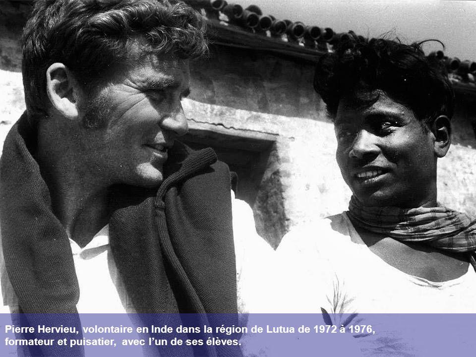 Pierre Hervieu, volontaire en Inde dans la région de Lutua de 1972 à 1976, formateur et puisatier, avec l'un de ses élèves.