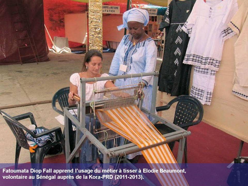 Fatoumata Diop Fall apprend l'usage du métier à tisser à Elodie Beaumont, volontaire au Sénégal auprès de la Kora-PRD (2011-2013).
