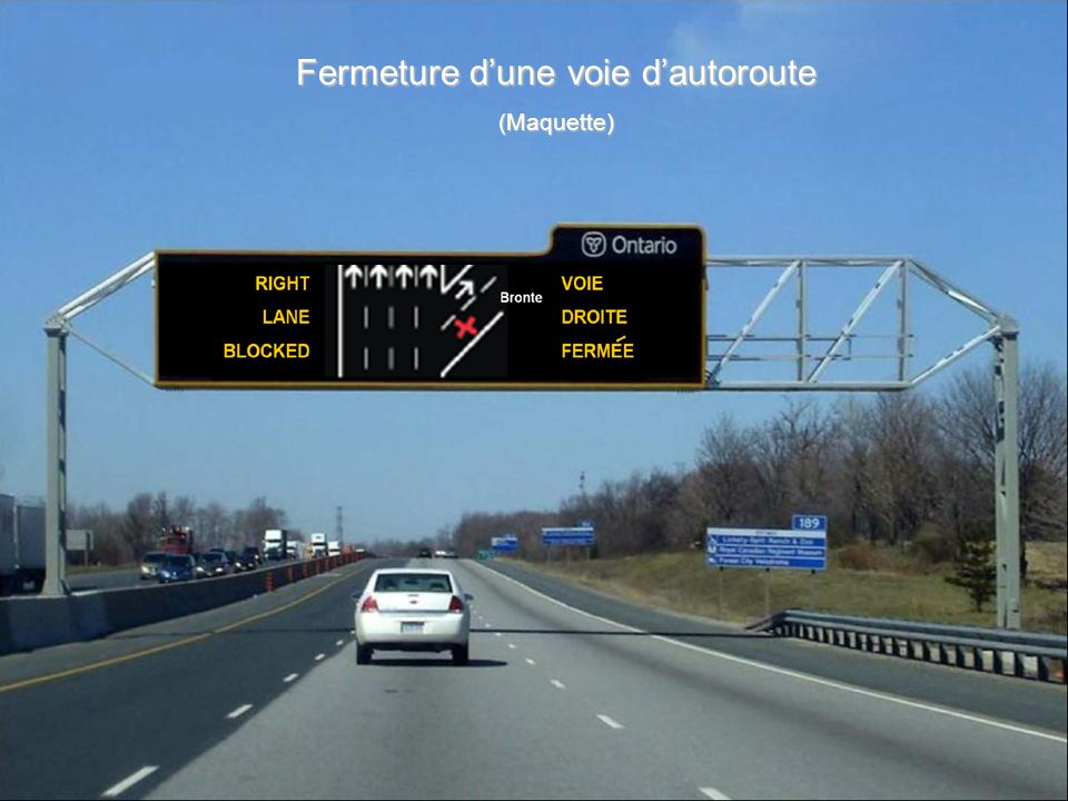 Lane Blockage Message on the Freeway Fermeture d'une voie d'autoroute