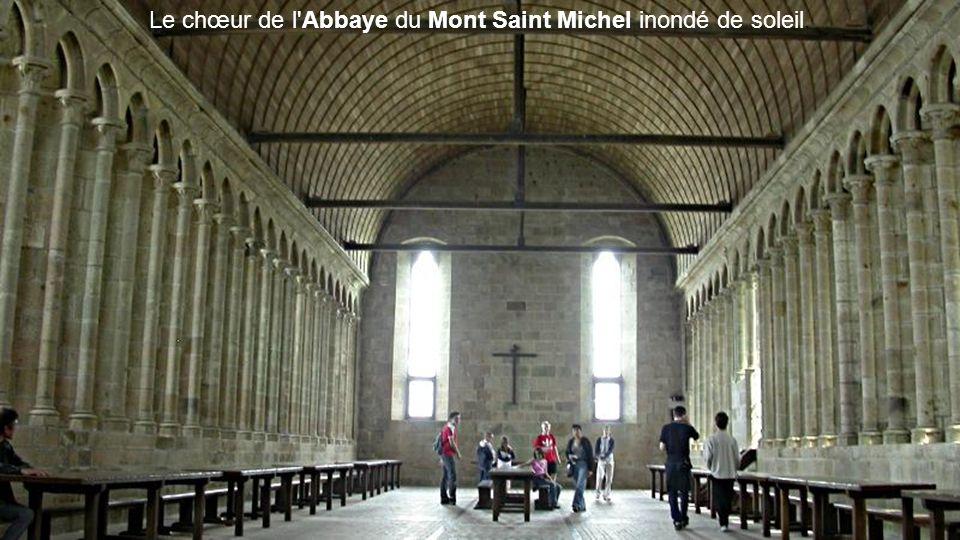Le chœur de l Abbaye du Mont Saint Michel inondé de soleil.