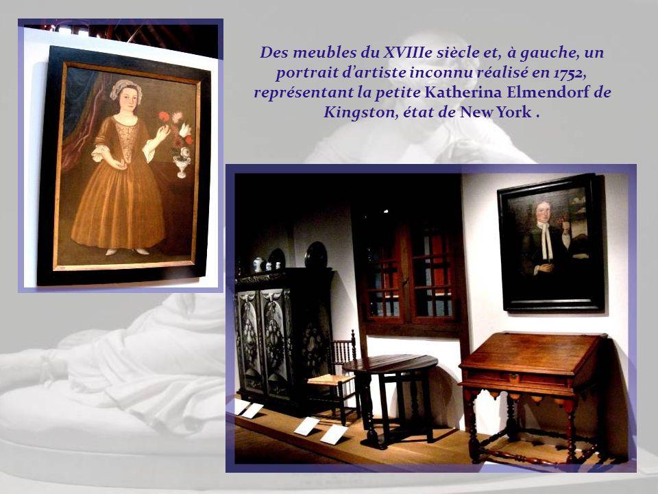 Des meubles du XVIIIe siècle et, à gauche, un portrait d'artiste inconnu réalisé en 1752, représentant la petite Katherina Elmendorf de Kingston, état de New York .