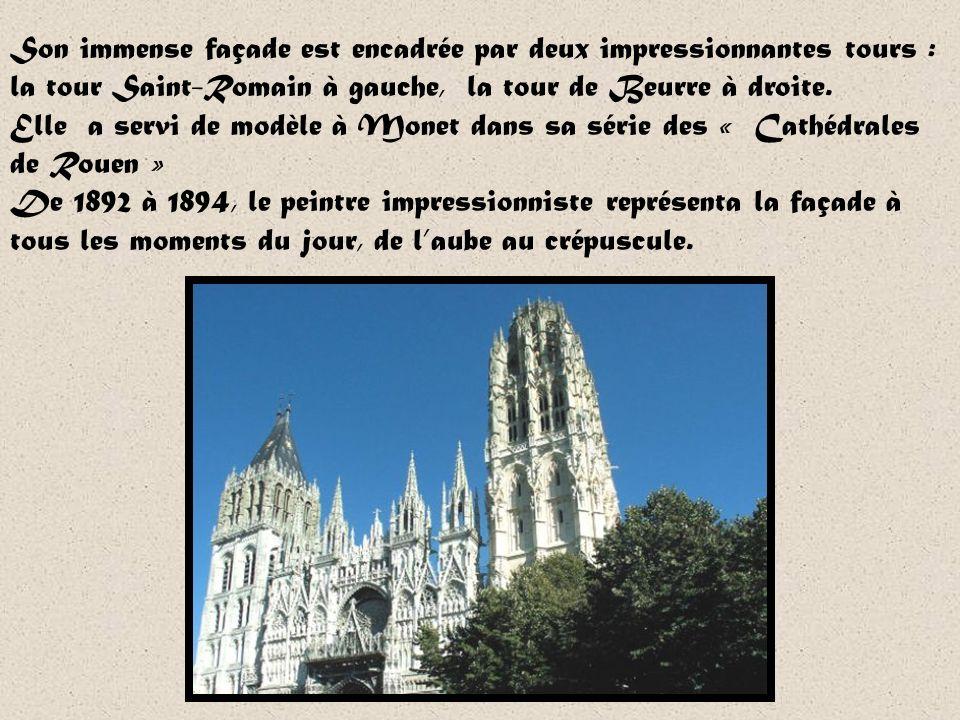 Son immense façade est encadrée par deux impressionnantes tours : la tour Saint-Romain à gauche, la tour de Beurre à droite.