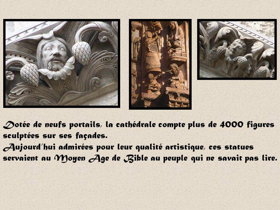 Dotée de neufs portails, la cathédrale compte plus de 4000 figures sculptées sur ses façades.