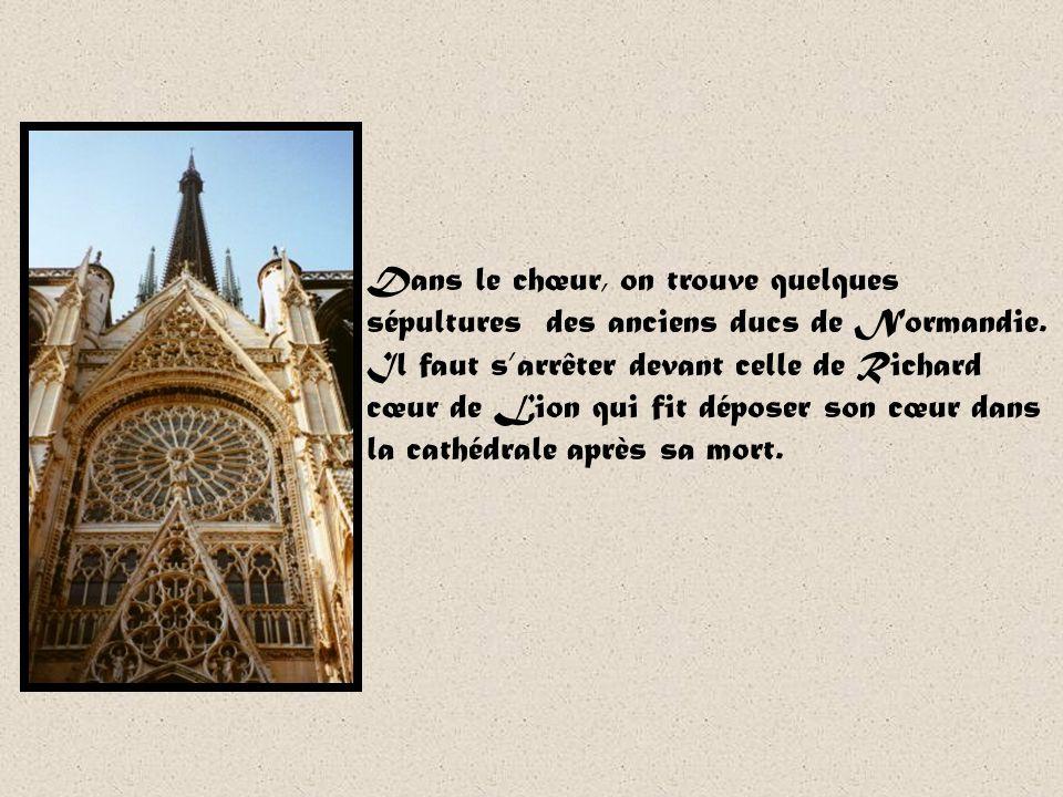 Dans le chœur, on trouve quelques sépultures des anciens ducs de Normandie.