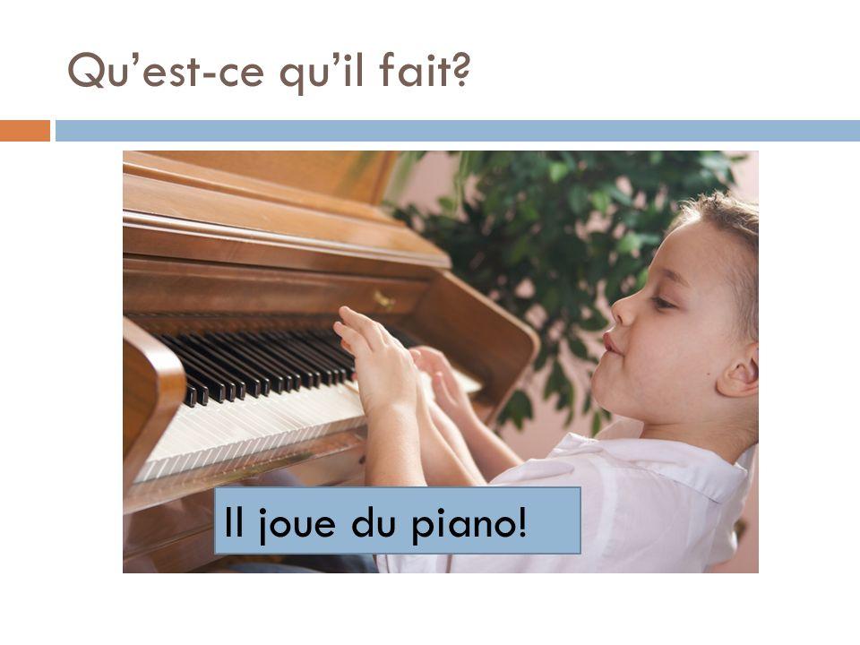 Qu'est-ce qu'il fait Il joue du piano!