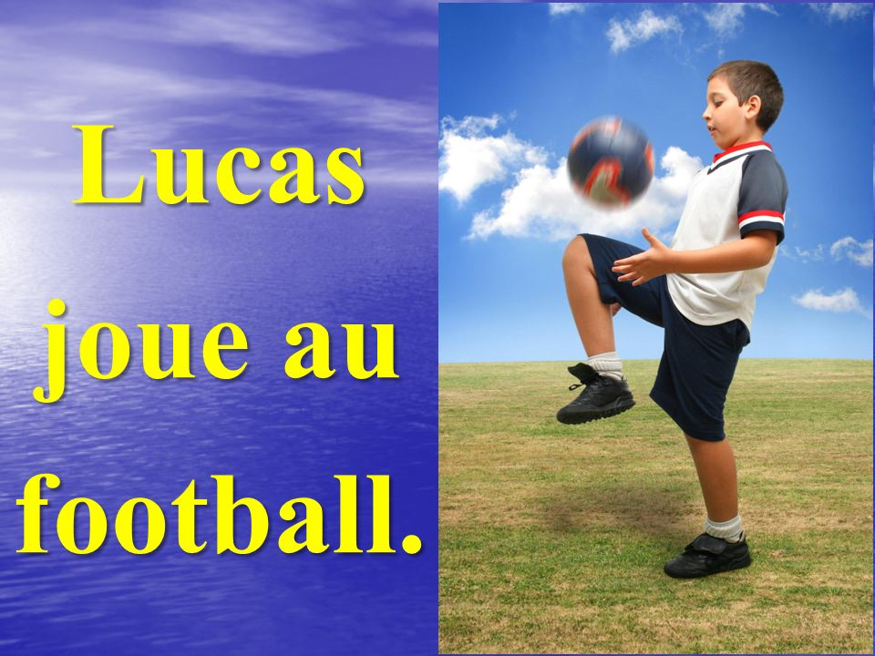 Lucas joue au football.