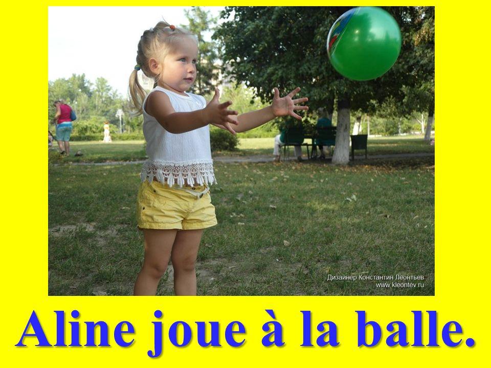 Aline joue à la balle.