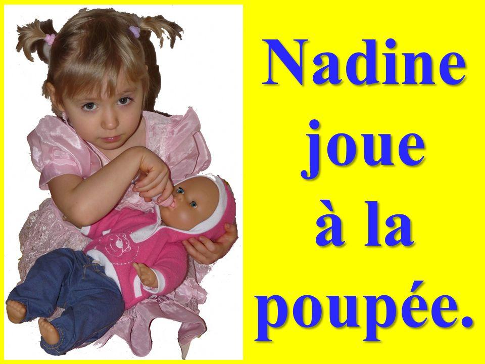 Nadine joue à la poupée.