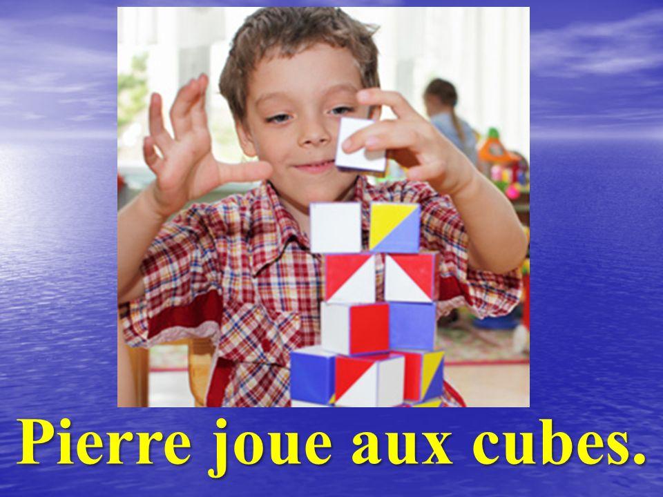 Pierre joue aux cubes.
