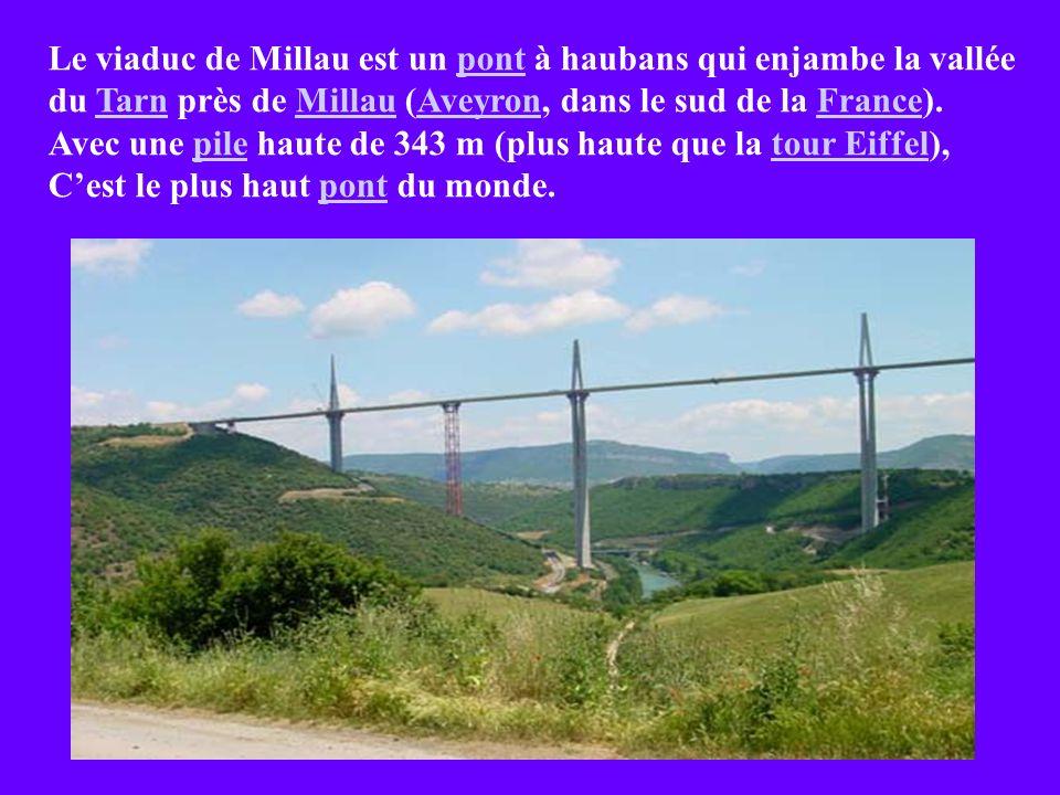 Le viaduc de Millau est un pont à haubans qui enjambe la vallée