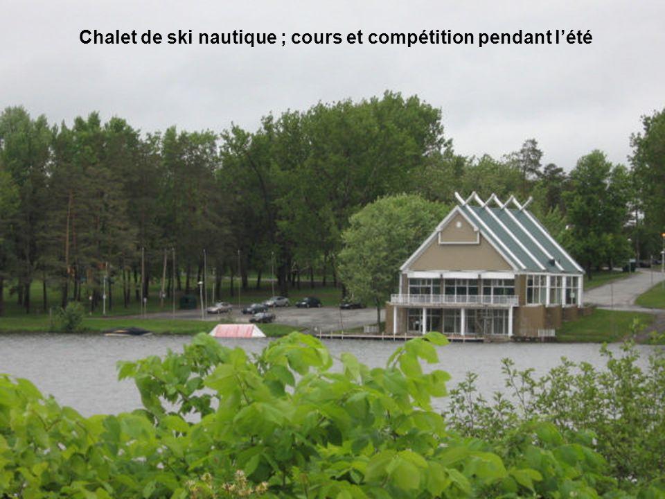 Chalet de ski nautique ; cours et compétition pendant l'été