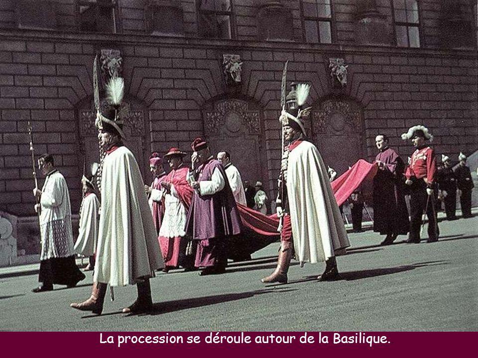 La procession se déroule autour de la Basilique..