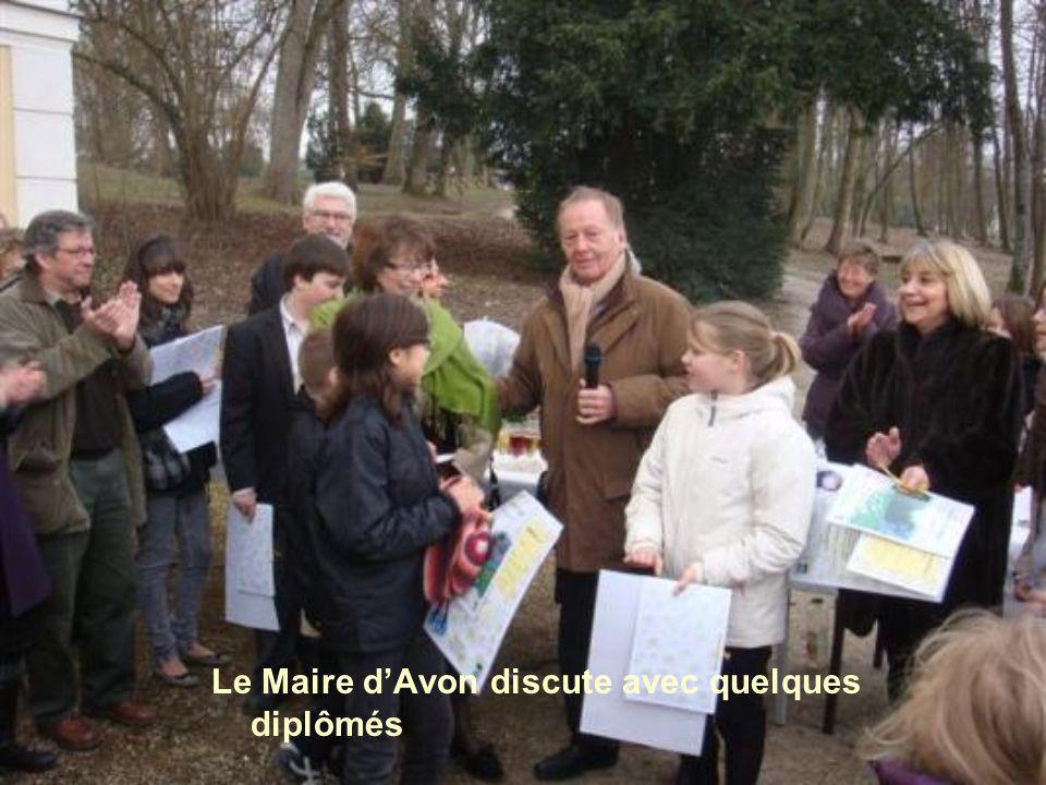 Le Maire d'Avon discute avec quelques diplômés