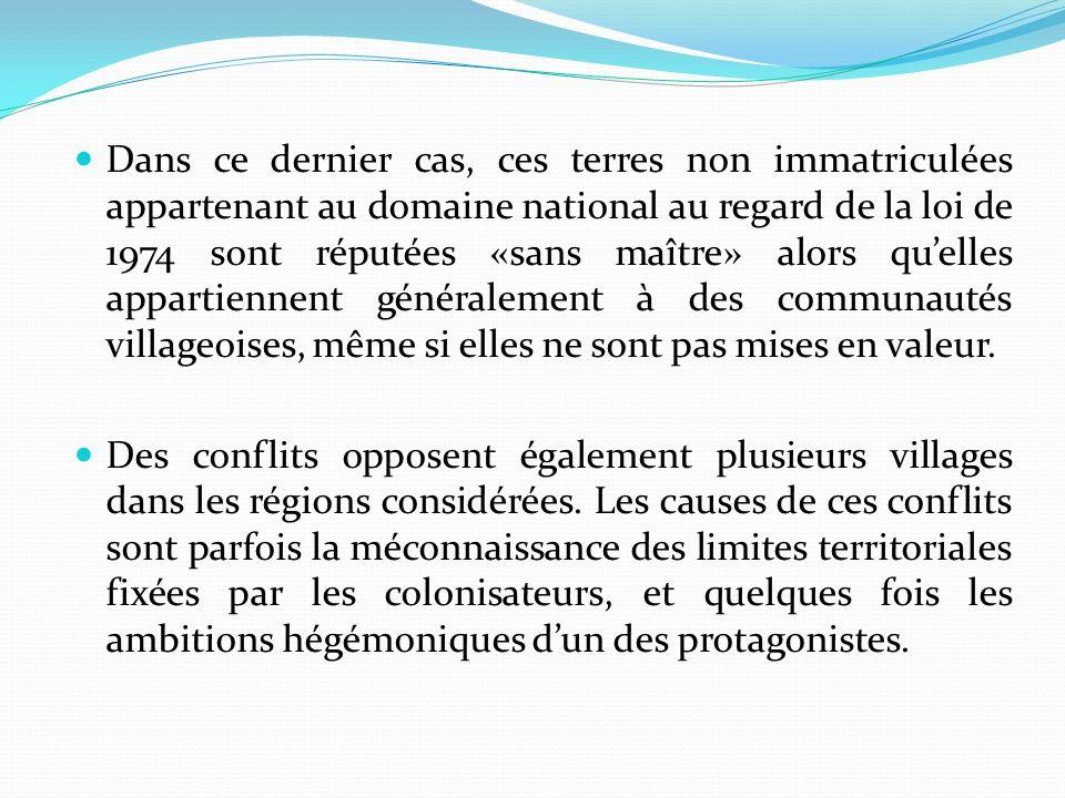 Dans ce dernier cas, ces terres non immatriculées appartenant au domaine national au regard de la loi de 1974 sont réputées «sans maître» alors qu'elles appartiennent généralement à des communautés villageoises, même si elles ne sont pas mises en valeur.