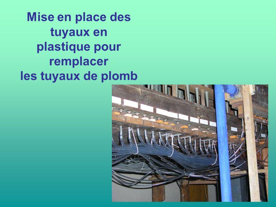 Mise en place des tuyaux en plastique pour remplacer