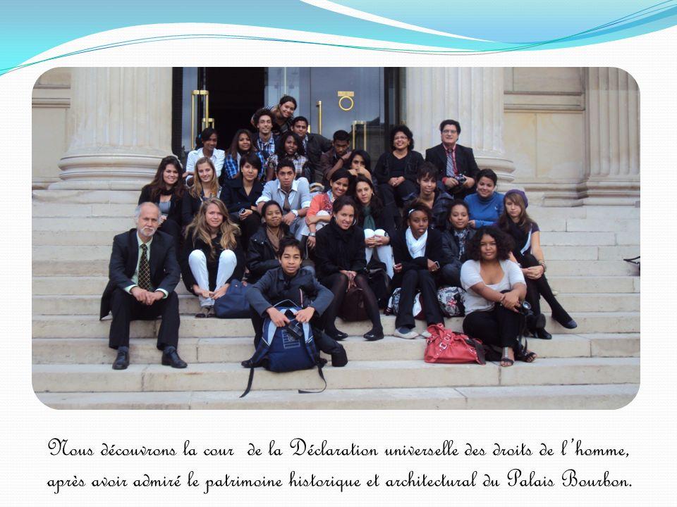 Nous découvrons la cour de la Déclaration universelle des droits de l'homme, après avoir admiré le patrimoine historique et architectural du Palais Bourbon.