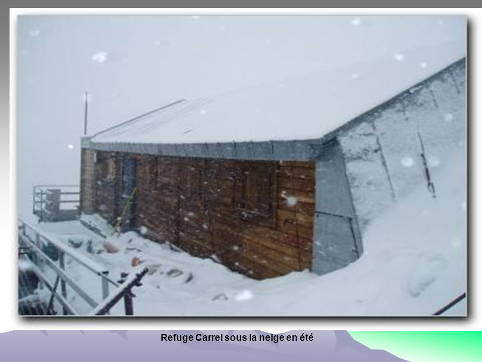 Refuge Carrel sous la neige en été