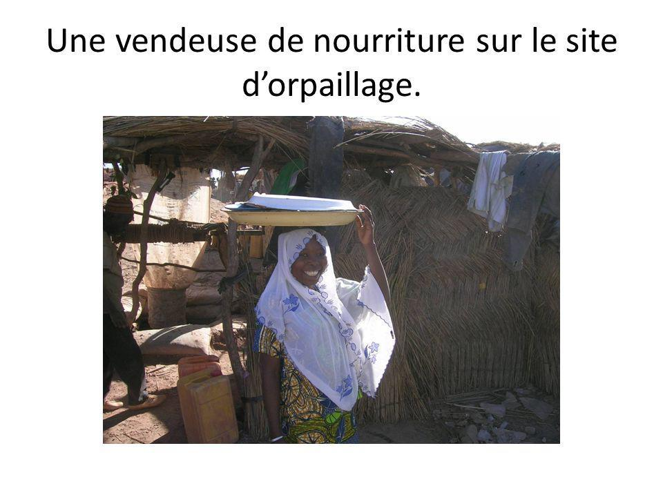 Une vendeuse de nourriture sur le site d'orpaillage.