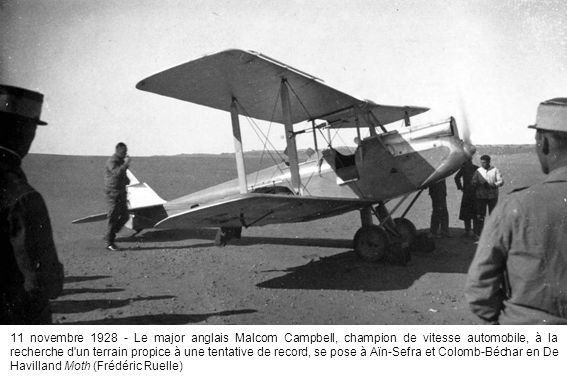 11 novembre 1928 - Le major anglais Malcom Campbell, champion de vitesse automobile, à la recherche d un terrain propice à une tentative de record, se pose à Aïn-Sefra et Colomb-Béchar en De Havilland Moth (Frédéric Ruelle)