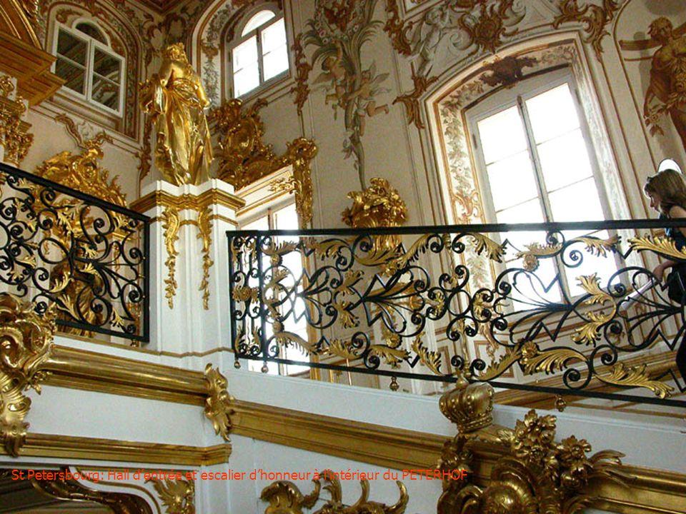 St Petersbourg: Hall d'entrée et escalier d'honneur à l'intérieur du PETERHOF